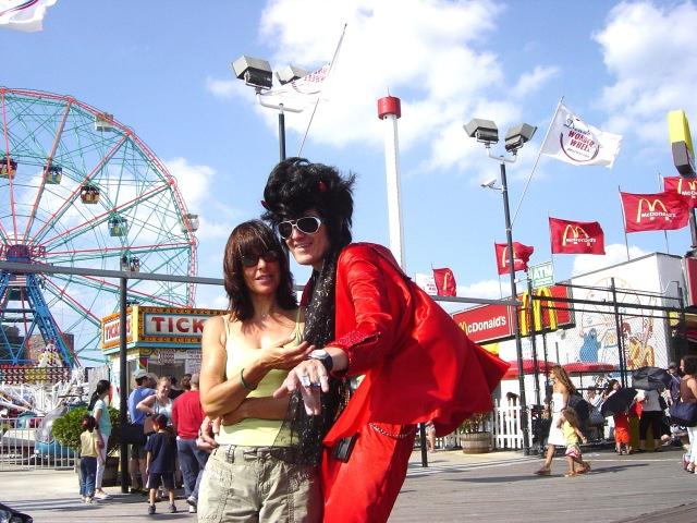 Jacqueline in Coney Island met een rode Elvis