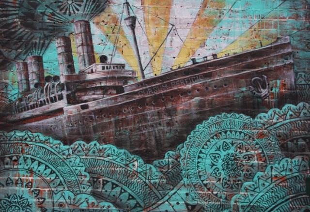 Deze muurschilderij is niet in de Lowere East Side maar in het naburige Nolita. Ze herdenkt de emigratie van Italianen. De latijnse naam van het schip betekent: de reis is voltooid. Dat was ook de naam van de villa waar Marilyn Monroe stierf.