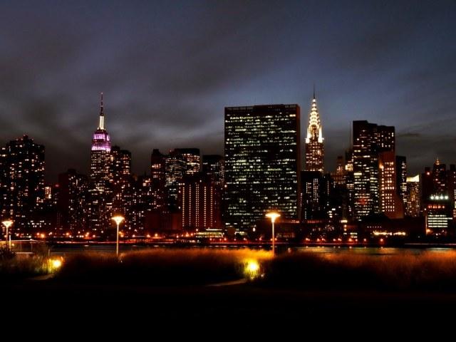 Nachtelijk zicht op Manhattan vanuit Williamsburg
