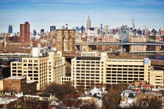 De grote beige gebouwen op de voorgrond zijn eigendom van de Getuigen.