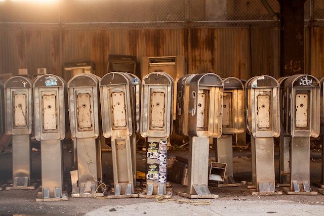 Een 'kerkhof' van publieke telefoons onder de West side highway (foto: Dave Bledsoe).