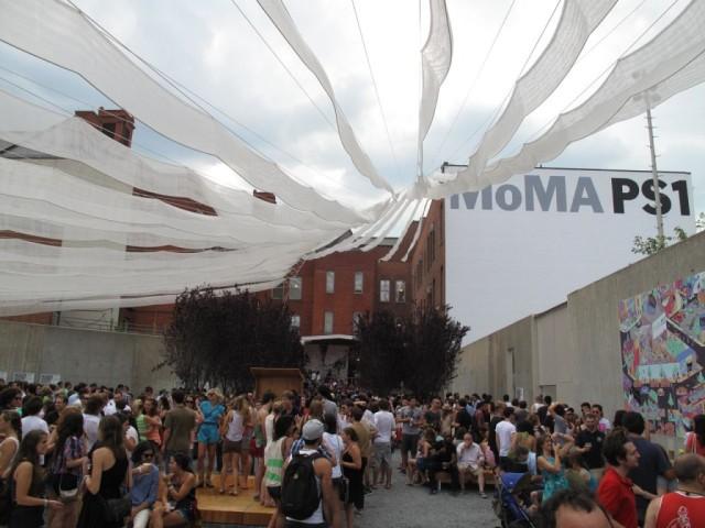 De wekelijkse summer party in het PS1 museum in Queens