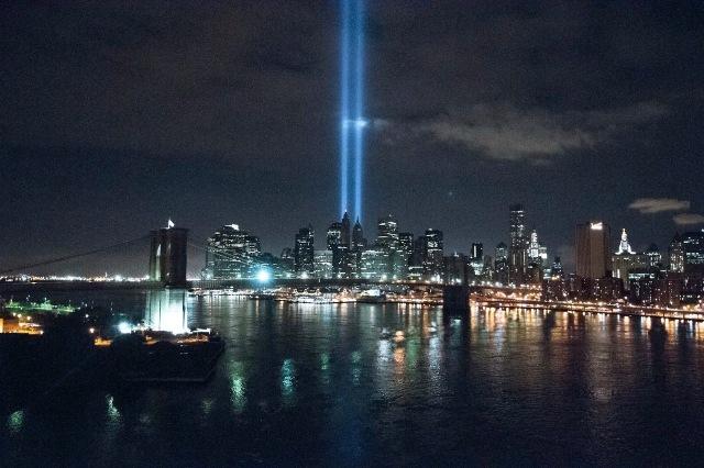 Op elke verjaardag van 9/11 worden twee zuilen van laserlicht geprojecteerd van op de plaatsen waar de Twin Towers stonden (foto Vergara)