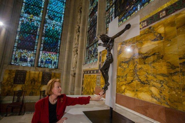 Edwina Sandys bij haar beeld in de kathedraal