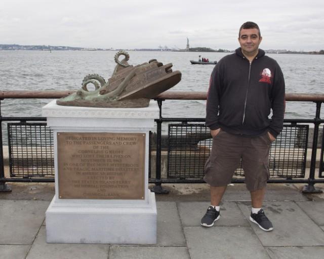 """Joe Reginella naast zijn """"monument"""""""